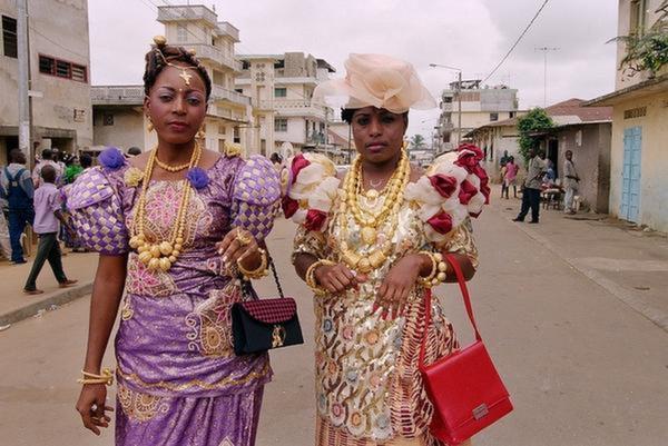 16 des tenues les plus magnifiques de c r monies africaines for Code vestimentaire royal de mariage