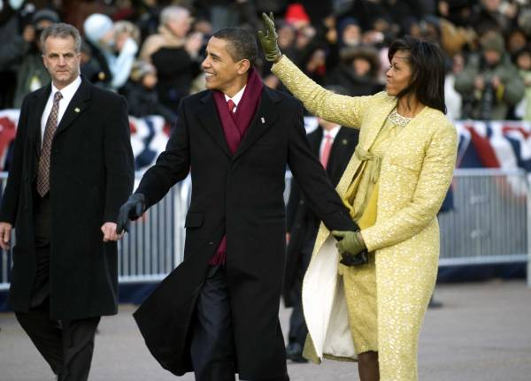 Obamas_walk_down_PA_Ave._1-20-09_hires_090120-N-0696M-546a