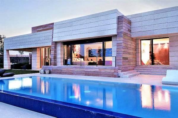 les 12 maisons de footballeurs les plus extravagantes. Black Bedroom Furniture Sets. Home Design Ideas